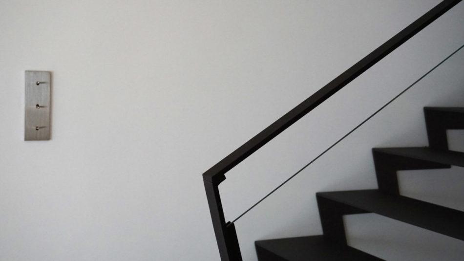 Maison Contemporaine, cage d'escalier par Anne Solenn Chérat, Décoratrice UFDI sur Lorient, Vannes, Pontivy: main dans la main, avec les propriétaires, nous avons pensé la décoration de cette maison à Ploemeur.