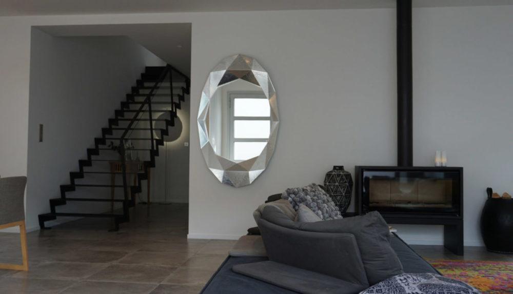 Maison Contemporaine, cage d'escalier et pièce à vivre par Anne Solenn Chérat, Décoratrice UFDI sur Lorient, Vannes, Pontivy: main dans la main, avec les propriétaires, nous avons pensé la décoration de cette maison à Ploemeur.