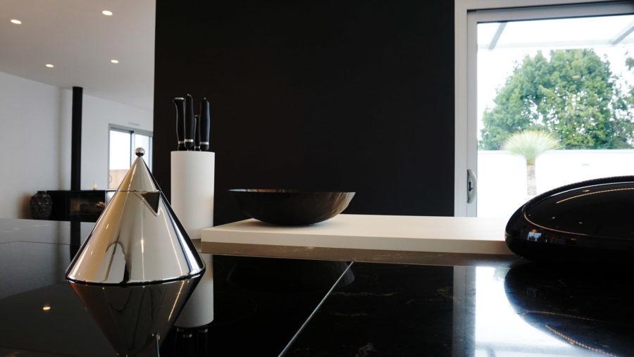 Maison Contemporaine, cuisine par Anne Solenn Chérat, Décoratrice UFDI sur Lorient, Vannes, Pontivy: main dans la main, avec les propriétaires, nous avons pensé la décoration de cette maison à Ploemeur.
